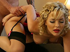 Stylish blondie gets her her lips spermed after all